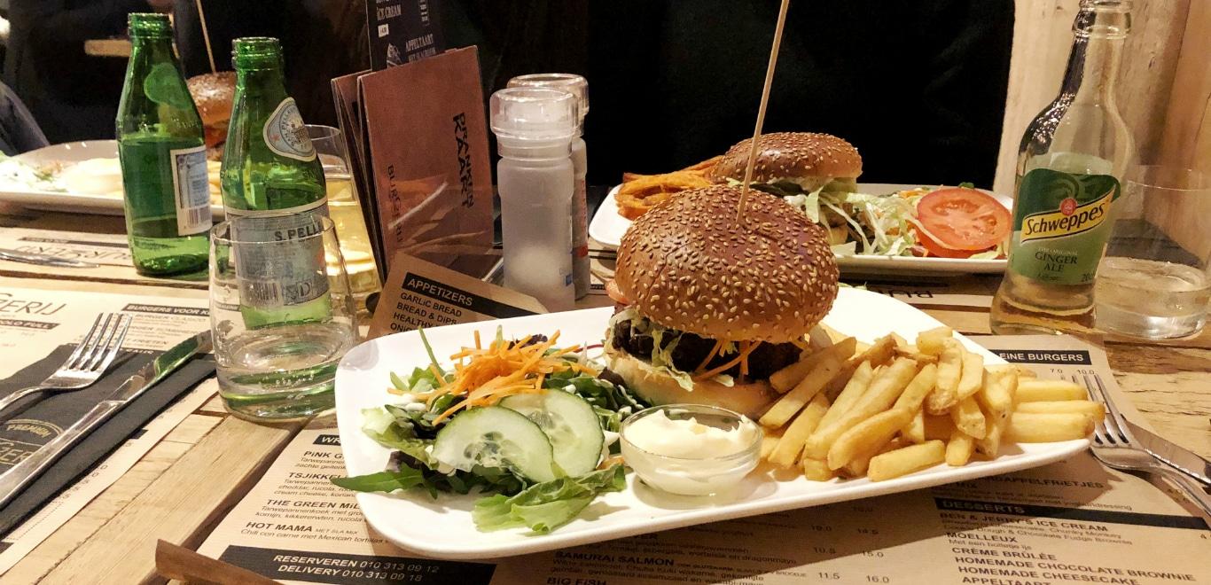 In dit artikel delen we 9 restaurants voor de beste burgers in Rotterdam. Zo heb je in Rotterdam Burgertrut, Ter Marsch & Co, Pickles, De Burgerij, Holy Smoke, Ellis Gourmet Burger, Encore Bar & Grill, Hamburg en Gracy's. Een paar van deze restaurants hebben ook vegetarische burgers or vegan burgers. Super leuke restaurants voor een weekendje in Rotterdam! Gezellig met je vrienden in Rotterdam een avond uiteten en burgers eten.