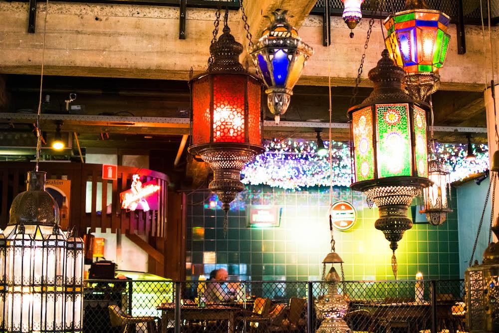 Bij Bazar in Rotterdam kan je heerlijk ontbijten, maar je kan er ook makkelijk terecht voor avond eten. Het is ook nog eens een hotel! Het interieur is heel tof en kleurrijk, met allemaal mooie lichtjes en toffe lampen.