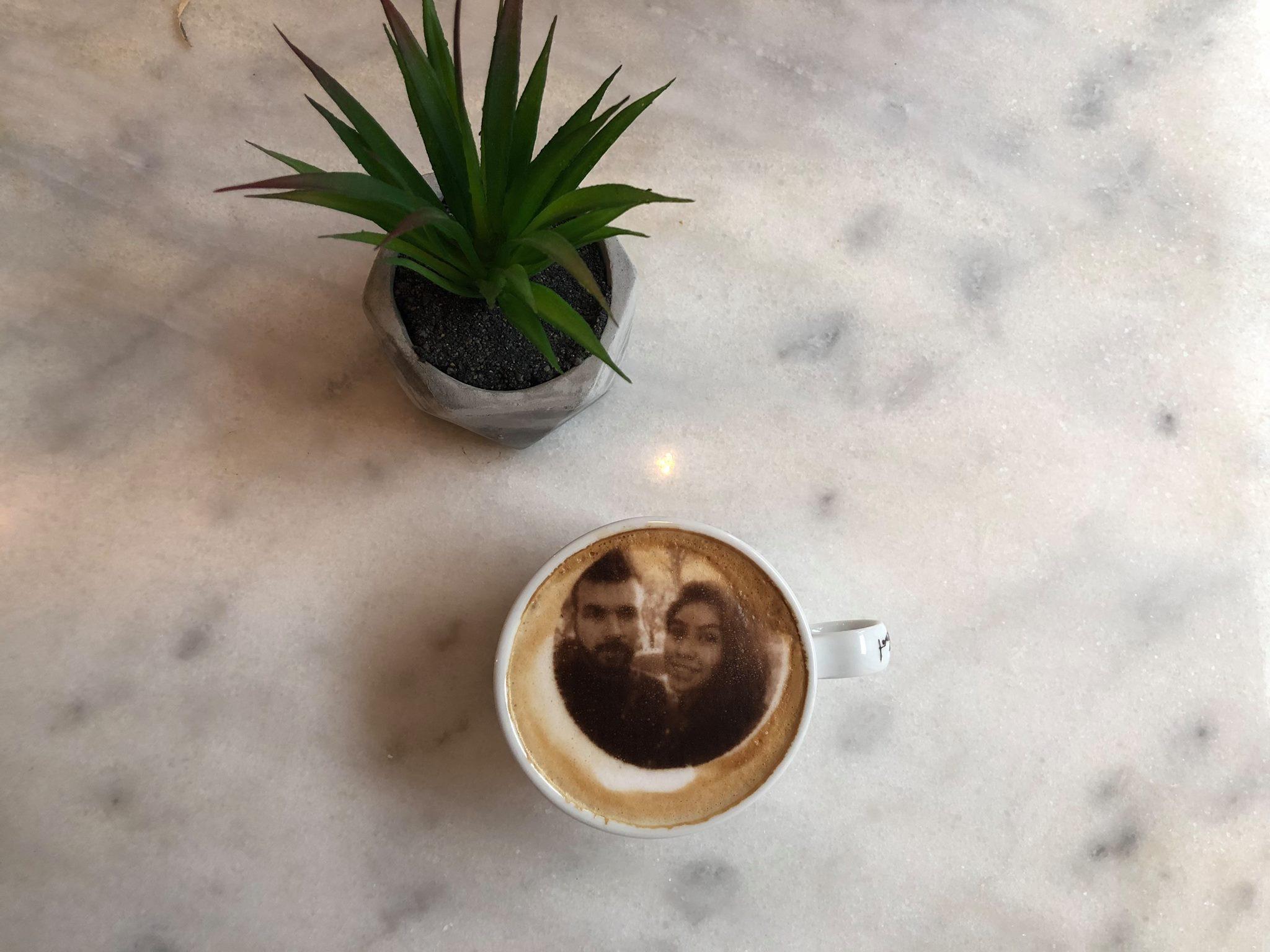 Nieuwe hotspot in Rotterdam: Amada Coffee! Hier kan je een koffie drinken met je gezicht erop!
